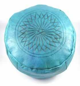 Pouf en cuir gravé turquoise