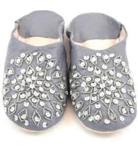 Babuchas Amira de cuero gris bordadas