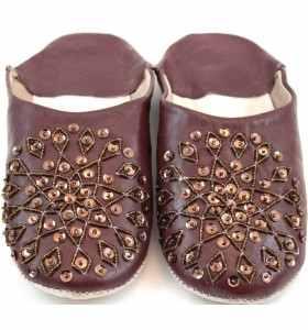 Babuchas Amira de cuero marrón bordadas