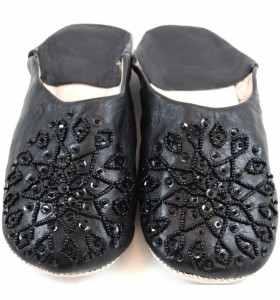Babuchas Amira de cuero negro bordadas